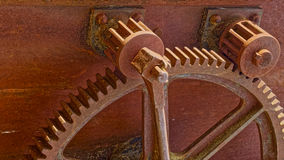 Dos pequeños engranajes y dientes oxidados Imagen de archivo libre de regalías