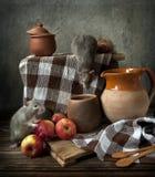 Dos pequeños juegos grises lindos de las ratas en la composición inmóvil de la vida en estilo del vintage con las manzanas y las