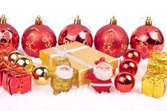 Dos pequeños juguetes de santa en nieve Imágenes de archivo libres de regalías