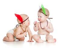 Dos pequeños niños divertidos como indio en pañales Foto de archivo libre de regalías