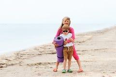 Dos pequeños niños en la playa Imagenes de archivo