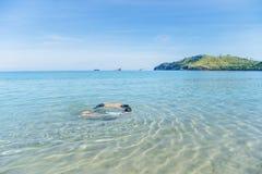 Dos pequeños niños que bucean en la playa tropical Fotos de archivo