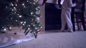 Dos pequeños niños que se escabullen fuera de cama en la Navidad almacen de metraje de vídeo