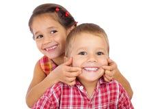 Dos pequeños niños sonrientes divertidos Imágenes de archivo libres de regalías