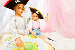Dos pequeños piratas que buscan una isla del tesoro imagenes de archivo