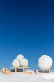 Dos pequeños trineos con porciones de bolas de nieve Imágenes de archivo libres de regalías