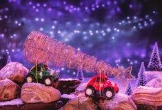 Dos pequeños vehículos todo terreno, transportando decoratio de la Navidad foto de archivo