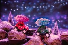 Dos pequeños vehículos todo terreno, transportando decoratio de la Navidad fotos de archivo
