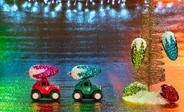 Dos pequeños vehículos todo terreno, transportando decoratio de la Navidad imagen de archivo