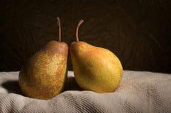 Dos peras en aún-vida Fotos de archivo