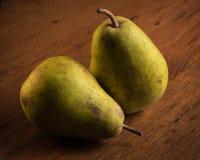 Dos peras verdes en el cajón de madera Imagen de archivo libre de regalías