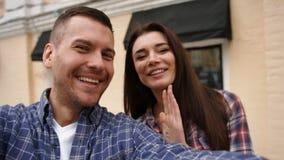 Dos personas adorables en el amor que siente feliz de ser junto y que toma selfies para recordar este vez para siempre almacen de metraje de vídeo