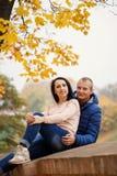 Dos personas atractivas jovenes sonrientes en parque en el dat de la caída al aire libre Fotografía de archivo