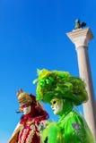 Dos personas con las máscaras de los carnavales en Venecia foto de archivo