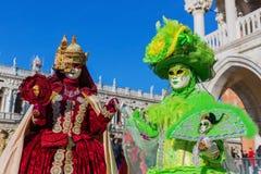 Dos personas con las máscaras de los carnavales en Venecia imágenes de archivo libres de regalías