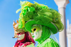 Dos personas con las máscaras de los carnavales en Venecia imagen de archivo