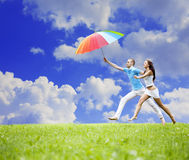 Dos personas de los amantes que saltan contra el cielo Foto de archivo libre de regalías