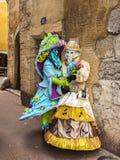 Dos personas disfrazadas en una calle estrecha Imagen de archivo