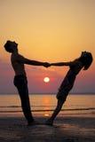 Dos personas en amor en la puesta del sol Fotografía de archivo libre de regalías