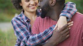 Dos personas en amor muestran el afecto para uno a, narices delicado conmovedoras metrajes
