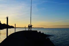 Dos personas en el muelle del lago Foto de archivo libre de regalías