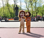 Dos personas en trajes del león, plaza Imágenes de archivo libres de regalías