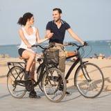 Dos personas en una playa de la ciudad Imagen de archivo libre de regalías