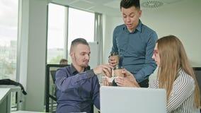 Dos personas están trabajando en un ordenador portátil metrajes