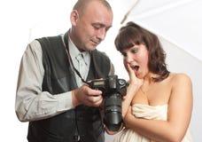 Dos personas, fotografía y modelo con las tetas al aire Fotografía de archivo