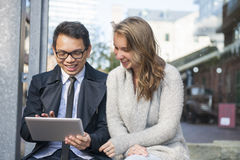 Dos personas jovenes con la tableta digital Foto de archivo
