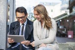 Dos personas jovenes con la tableta digital Imagen de archivo libre de regalías