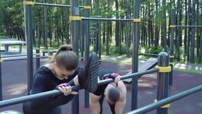 Dos personas jovenes de los deportes que estiran antes de entrenar al aire libre almacen de video