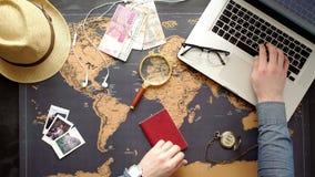 Dos personas jovenes junto que planean viaje a Europa Visión superior almacen de metraje de vídeo