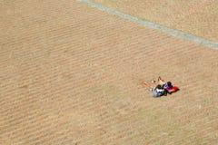 Dos personas jovenes que descansan en Piazza del Campo Fotografía de archivo libre de regalías