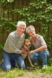 Dos personas mayores con el perro Imagen de archivo