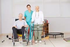 Dos personas mayores con la enfermera en clínica de reposo Foto de archivo