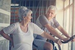 Dos personas mayores en el gimnasio fotografía de archivo