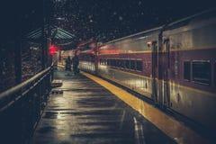 Dos personas mayores en la estación de tren foto de archivo libre de regalías