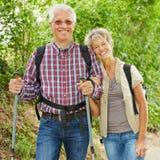 Dos personas mayores que caminan en naturaleza Foto de archivo libre de regalías