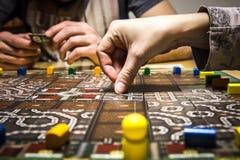 Dos personas que juegan a un juego de mesa Foto de archivo