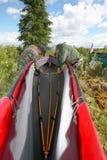 Dos personas que ponen una canoa plegable en el salvaje Imagen de archivo libre de regalías