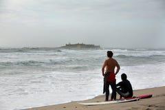 Dos personas que practica surf Imagenes de archivo