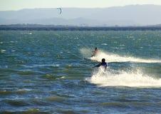Dos personas que practica surf de la cometa Imágenes de archivo libres de regalías