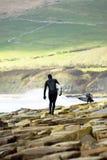 Dos personas que practica surf de sexo masculino Imagenes de archivo