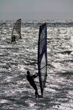 Dos personas que practica surf del viento. Foto de archivo