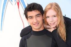 Dos personas que practica surf jovenes Imágenes de archivo libres de regalías