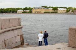 Dos personas que se colocan en la orilla del río imágenes de archivo libres de regalías