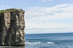 Dos personas que se colocan encima de una montaña Foto de archivo libre de regalías