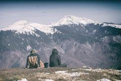 Dos personas que se sientan en una colina Imagenes de archivo