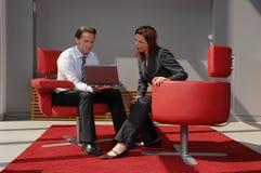 Dos personas en una reunión de negocios imagen de archivo